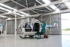 警察用直升机在飞机棚 免版税库存照片