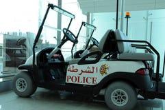 警察电车在迪拜机场 免版税库存图片