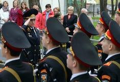 警察的一般这陆军中尉,内务部长代理俄罗斯Arkady Gostev采取军校学生致敬  库存照片