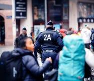 警察监视抗议在街道上的法国 免版税库存图片