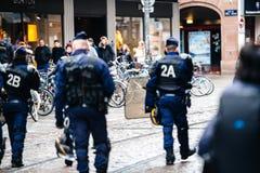 警察监视抗议在街道上的法国 免版税图库摄影
