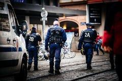 警察监视抗议在街道上的法国 免版税库存照片