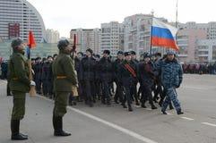 警察莫斯科学院的军校学生为11月7日的游行做准备在红场 库存照片