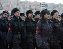 警察莫斯科学院的军校学生为11月7日的游行做准备在红场 图库摄影