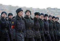 警察莫斯科学院的军校学生为11月7日的游行做准备在红场 免版税库存照片
