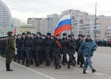 警察莫斯科学院的军校学生为11月7日的游行做准备在红场 免版税库存图片