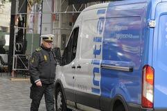 警察要求范MAN TO移动  免版税图库摄影