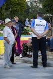 警察谈判员谈话与抗议者 免版税库存图片