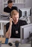 警察谈话在电话 免版税库存照片