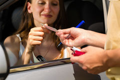 警察-获得票的交通违规的妇女 免版税图库摄影