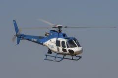 警察Bo 105直升机飞行过去 免版税库存图片