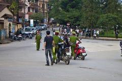 警察catched摩托车车手 免版税库存照片