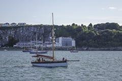 警惕性拖网渔船在外面港口港口Brixham德文郡英国英国 免版税库存图片