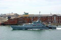 警惕的HMC 英国边防船 离开波兹毛斯港口 免版税库存照片