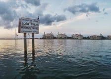 警报信号为海洋生物在水中 免版税库存照片