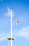 警报信号和一个救生圈在江边风暴和海啸的 库存图片
