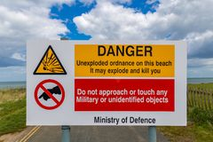 警报信号:在海滩的装着炸药的军用品 免版税图库摄影