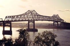 警棒桥梁密西西比河胭脂 库存图片