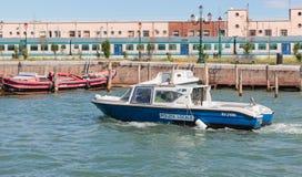 水警艇巡逻水运河在威尼斯,意大利 库存图片