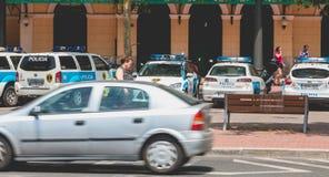 警车在一个警察局前面在中心停放了  免版税库存照片
