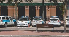 警车在一个警察局前面在中心停放了  库存图片