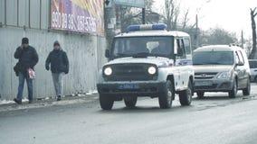 警车在城市的街道乘坐 影视素材