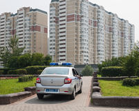 警车在新的区的背景中 免版税图库摄影