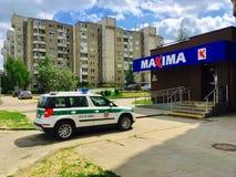 警车近的商店最大值在维尔纽斯 库存图片