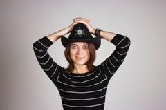 警长帽子的女孩 免版税库存照片