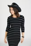 警长的帽子的女孩 免版税库存照片