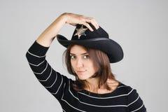 警长的帽子的女孩 库存图片
