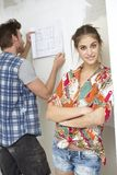 计划一个新的家的新夫妇 免版税库存照片