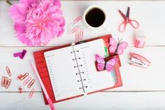 计划与组织者、花和咖啡的构思设计 免版税图库摄影