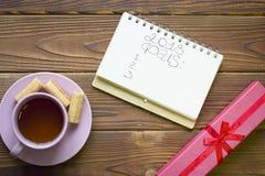 计划与茶杯和giftbox的2018个目标 免版税库存照片