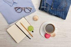计划事物 蓝色衬衣、牛仔裤有护照的,笔记本和咖啡 秀丽蓝色聪慧的概念表面方式构成妇女 顶视图 库存照片