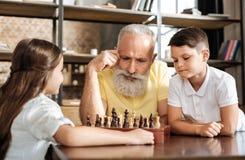 计划他们的在棋的祖父和孙子接下来的步骤 免版税库存图片