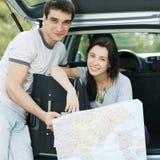 计划他们的行程的夫妇 库存照片