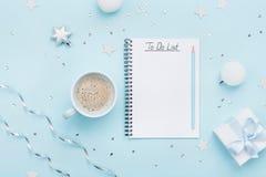 计划和设计观念 圣诞节列出和咖啡在蓝色淡色台式视图的 平的位置 免版税库存图片