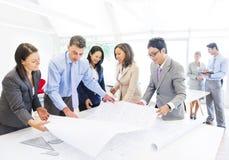 计划在一个新的项目的小组建筑师 免版税库存图片