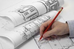 计划在图纸的建筑师 免版税库存图片