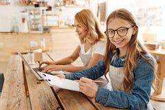 计划她的下个工作日的迷人的十几岁的女孩 库存照片
