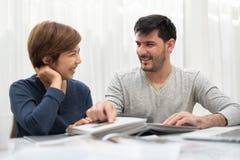 计划对搬到的愉快的年轻夫妇他们的新房 免版税图库摄影