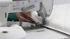 计划操作缝纫机缝合织品,开关,现代工厂,内部 股票视频
