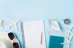 计划暑假、旅游业和旅行葡萄酒背景 有tourizm辅助部件的旅客笔记本在蓝色桌面看法 免版税库存图片