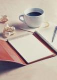 计划概念、老日志用咖啡和笔,被过滤的葡萄酒 库存图片