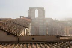 计划的中央寺院nuovo或Facciatone的残缺不全的门面在雾 锡耶纳 8 370 1000 1600 1947 2010 a6gcs appx出席有历史的意大利意大利km maserati可以miglia在种族集会移动的托斯卡纳多种意志的英里mille 图库摄影