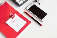 计划目录的在笔记本的今天在桌面上 免版税库存照片