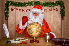 计划他的交付路线的圣诞老人。 图库摄影
