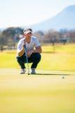 计划他的射击的观点的高尔夫球运动员对别针 库存照片