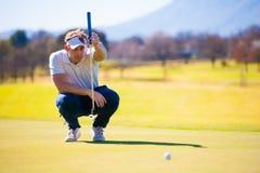 计划他的射击的观点的高尔夫球运动员对别针 免版税库存图片